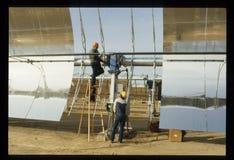 Arbeitskräfte im Mojave-Wüsten-Gestalt-Solarwärmekraftwerk Stockfotografie
