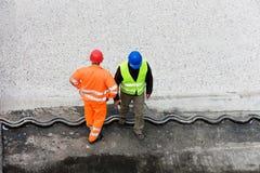Arbeitskräfte im Sturzhelm Stockfotografie