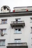Arbeitskräfte klären das Dach vom Schnee Lizenzfreies Stockfoto
