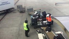Arbeitskräfte laden Gepäck im Passagierflugzeug im Flughafen von Arkhangelsk stock video footage