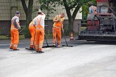 Arbeitskräfte legten Asphalt auf eine Straße in Dusseldorf Lizenzfreies Stockfoto