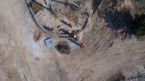 Arbeitskräfte legten Straßenbetoniermaschinen Die Ansicht von der Oberseite stockfotos