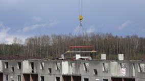 Arbeitskräfte mit Kran konstruieren flache Hausdecke von den Blöcken 4K stock footage