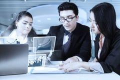 Arbeitskräfte mit virtuellem Diagramm lasen Vertrag Lizenzfreie Stockfotos