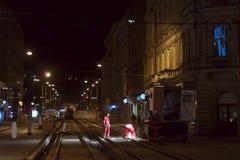 Arbeitskräfte reparieren die Trambahnen nachts Stockfotos