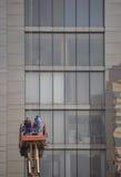 Arbeitskräfte säubern Gebäudefassade Lizenzfreie Stockfotografie