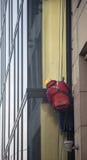 Arbeitskräfte säubern Gebäudefassade Stockbilder