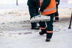 Arbeitskräfte säubert Schneeschaufel Stockfotografie