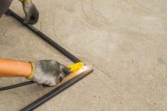 Arbeitskräfte schweißen zwei zusammenstellt Stockfoto