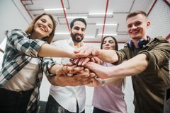 Arbeitskräfte tun Zusammengehörigkeits-Geste stockfoto