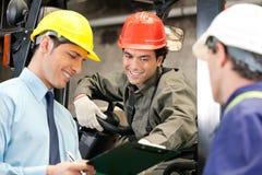 Arbeitskräfte und Aufsichtskräfte am Lager stockbilder