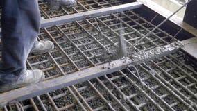 Arbeitskräfte und Ingenieure gießen Grundlage Tonnen des Betons und der Verstärkungsform ein festes monolithisches Mittel stock video footage