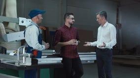 Arbeitskräfte und Vorarbeiter in der Werkstatt stock video footage