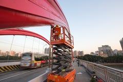 Arbeitskräfte, welche die Jiefang-Brücke in Guangzhou-Porzellan reparieren stockbild
