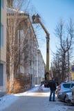Arbeitskräfte werfen weg vom Schnee vom Dach Lizenzfreies Stockfoto