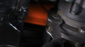 Arbeitskraft überprüft das Festklemmen auf Lkw-Motor mit Schraubenziehern am Shop stock video