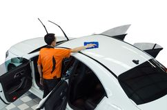 Arbeitskraft-Abwischen-Weiß-Auto Stockfotos
