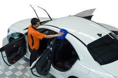 Arbeitskraft-Abwischen-Weiß-Auto Stockbild