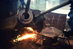 Arbeitskraft, Arbeiterausschnitt und Stahl reiben unter Verwendung des Schleiferelektrowerkzeugs Lizenzfreie Stockfotografie