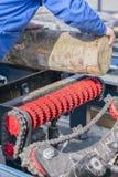 Arbeitskraft arbeitet an einem Holzbearbeitungsunternehmen Holzindustrie Vertikales Foto lizenzfreie stockfotografie