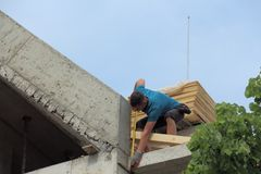 Arbeitskraft auf dem Dach stockbilder