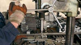 Arbeitskraft auf einer Horizontal-Bohrmaschine stock video