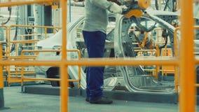 Arbeitskraft baut Fahrzeugkarosserie zusammen stock video footage