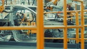 Arbeitskraft baut Fahrzeugkarosserie zusammen stock video