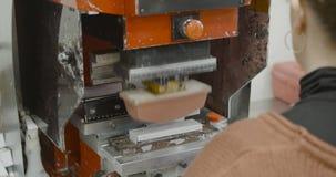 Arbeitskraft betreibt Aufkleber-Auflagen-Druckmaschine stock video