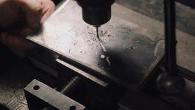 Arbeitskraft betreibt eine sowjetische Standbohrmaschinemaschine stock video