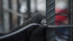Arbeitskraft bindet die Armatur mit Draht stock footage
