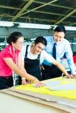 Arbeitskraft, Damenschneiderin und CEO in einer Fabrik Lizenzfreie Stockfotos