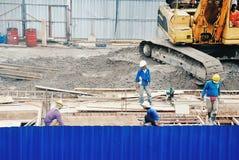 Arbeitskraft an den Baustellen stockbild
