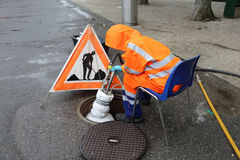 Arbeitskraft in den orange Uniformen Stockbild