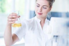 Arbeitskraft des Labors Flasche halten Lizenzfreies Stockfoto