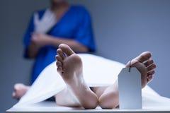 Arbeitskraft des Leichenschauhauses während des Jobs Lizenzfreie Stockfotografie