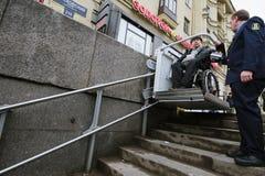 Arbeitskraft des Untergrund hilft zum Behinderter Stockfoto