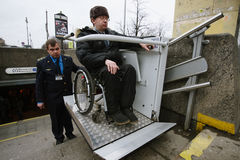 Arbeitskraft des Untergrund hilft zum Behinderter Stockbild