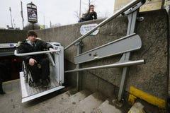Arbeitskraft des Untergrund hilft zum Behinderter Lizenzfreie Stockbilder
