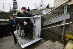 Arbeitskraft des Untergrund hilft zum Behinderter Lizenzfreies Stockbild