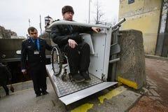 Arbeitskraft des Untergrund hilft zum Behinderter Lizenzfreie Stockfotos