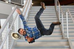 Arbeitskraft, die auf Treppe fällt Stockfotografie