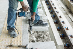 Arbeitskraft, die Beton bricht Lizenzfreies Stockfoto
