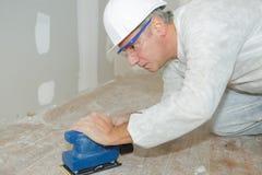 Arbeitskraft, die den Boden planiert lizenzfreie stockbilder
