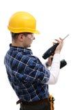 Arbeitskraft, die ein Bohrgerät repariert Stockfotografie