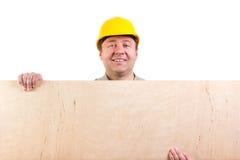 Arbeitskraft, die ein Sperrholz hält Lizenzfreies Stockfoto