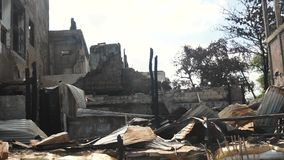 Arbeitskraft, die ein zerstörtes Haus durch Feuer umbaut stock video