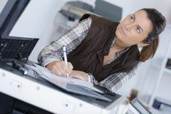 Arbeitskraft, die eine Beobachtung macht lizenzfreies stockfoto
