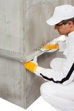Arbeitskraft, die eine Latte auf einer Ecke repariert Lizenzfreie Stockbilder