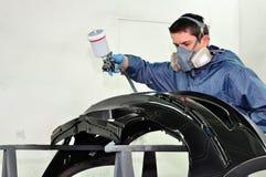 Arbeitskraft, die eine Schutzvorrichtung malt. Lizenzfreie Stockbilder